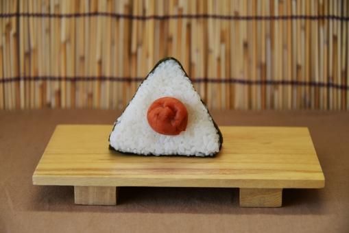 おにぎり おむすび 梅干し 梅 お握り 一個のおにぎり ご飯 白米 海苔 食事 お弁当 ランチ 和食 昼食 三角おにぎり