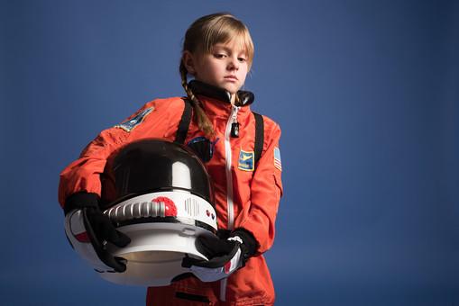 背景 ダーク ネイビー 紺 女の子 女子 女 女児 子ども こども 子供 1人 ひとり 一人  児童 宇宙服 宇宙 服 スペース スペースシャトル 宇宙飛行士 飛行士 オレンジ 希望 夢 将来 未来 体験 職業体験 職業  小物 小道具 ヘルメット 抱える 外国人  mdfk045