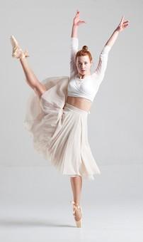 ダンス ダンサー ポーズ 体勢 姿勢 体位 ステップ 踊る 踊り 運動 スポーツ 振り付け 振付 振り 女性 女 外国人 若い 全身 バレエ バレリーナ 手 腕 上げる 万歳 バンザイ 足 脚 開く 開脚 つま先 つま先立ち 横顔 背景 白 ホワイト 接写 クローズアップ mdff128