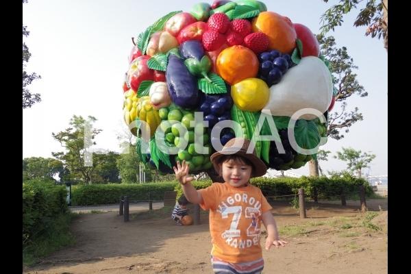大きな果物と少年の写真