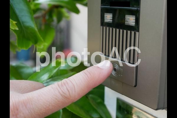 インターホンを鳴らすの写真