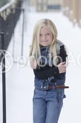 雪の中の外国人の少女5の写真