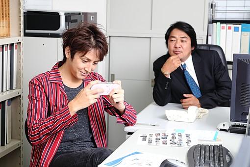 人物 日本人 男性 若者 若い  20代 仕事 職業 デザイナー グラフィックデザイナー  カジュアル オフィス 事務所 屋内 社内  室内 広告 会社 ゲーム 遊ぶ さぼる 仕事中 暇 上司 注意 無視 夢中 オーバーリアクション mdjm009 mdjm010