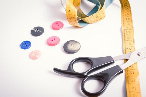 ソーイング 縫い物 裁縫 洋裁 手芸  手仕事 裁縫道具 裁縫用品 アップ 素材  趣味 ハンドメイド ホビー 生活 暮らし  小物 手縫い ファッション 縫う 針仕事 ボタン ハサミ はさみ 鋏 メジャー 雑貨 日用品 白バック 白背景