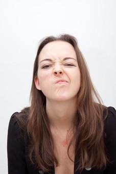 人物 人 人間 女性 白人女性 外国人 レディ 婦人 ロングヘア ブラウンヘア おでこ 額 センター分け  人物写真 ポートレート ポートレイト イギリス人  ジャケット 黒ジャケット  白背景 白バック ホワイトバック 眉間に皺 しかめる 不機嫌 mdff002