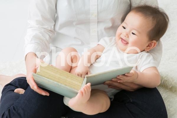 絵本を見る赤ちゃんの写真