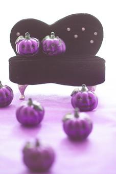 アート 小物 雑貨 アクセサリー 物 静物 手作り 小さい 装飾 ハンドメイド 手作業 細かい おしゃれ かわいい デザイン 凝った 綺麗 美しい きらきら 輝き 個性 飾る 豪華 ソファ ジャックオランタン かぼちゃ ハロウィン 紫 チャーム たくさん
