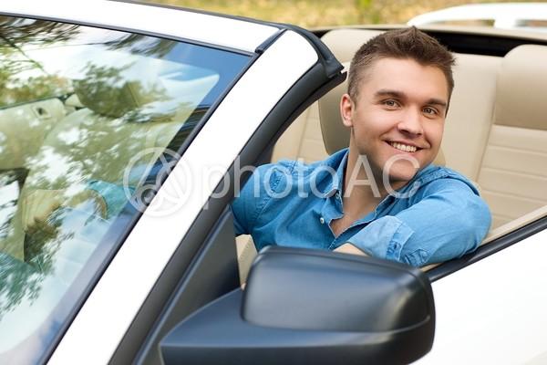運転席の男性22の写真