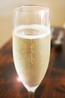 シャンパン シャンパングラス グラス 食前酒 カンパイ 乾杯 パーティー お祝い クリスマス 食事会 女子会 デート ディナー アペリティフ レストラン スパークリング ワイン 披露宴 ウェディングパーティー お酒 アルコール イメージ 祝賀会