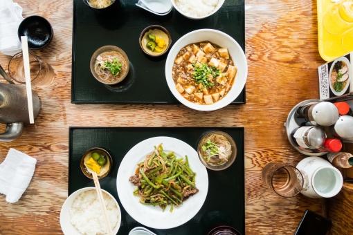 食事 外食 青椒肉絲 中華料理 テーブル ご飯 スープ 麻婆豆腐 カップル デート 白米 おいしい 食べる 料理 漬け物 水 調味料 おしぼり はし