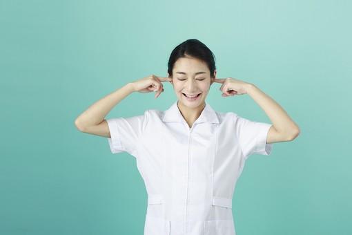 人物 女性 日本人 20代 30代   仕事 職業 医療 病院 看護師  ナース 医者 医師 女医 薬剤師  白衣 看護 屋内 スタジオ撮影 背景  グリーンバック おすすめ ポーズ 上半身 耳を塞ぐ うるさい 騒音 雑音 シャットアウト mdjf010