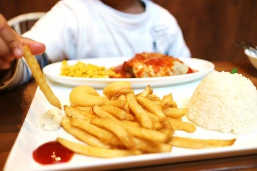 男の子 少年 子供 幼児 フライドポテト ポテト ケチャップ お子様ランチ おこさまランチ 美味しい