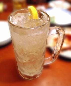 ハイボール ウイスキー ウヰスキー ドリンク 飲み物 飲料 冷たい飲み物 ジョッキ お酒 酒 アルコール 食卓 テーブル 居酒屋 グルメ 食事 食事時