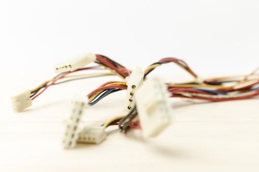 部品 パーツ 電気  繋ぐ 接続 端子 電子 機械 精密 機器 コネクタ プラグ 差し込み口 技術 エンジニア センサー アップ マクロ 繋げる 赤 黄色 青 配線 コード 電線