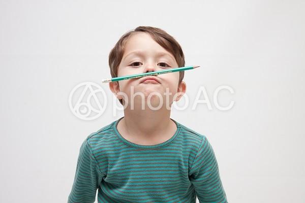 エンピツで遊ぶ男の子1の写真