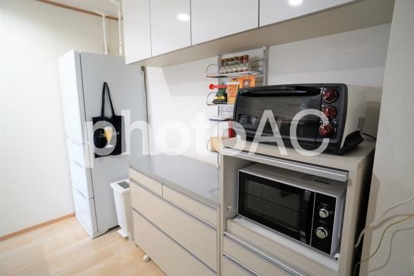 キッチン収納と冷蔵庫の写真