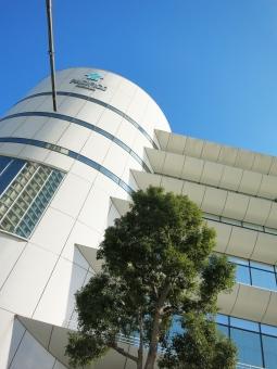 16 yokohama パシフィコ 円 丸 縦 白 よこはま ヨコハマ 神奈川 オフィス ホテル 会社 企業 みなとみらい 都市 都会 ガラス ビジネス 青 空 木 窓 見上げ 映り込み