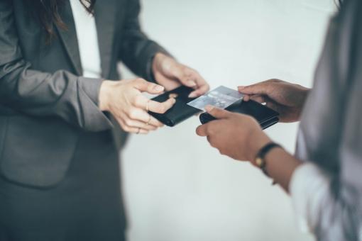 名刺交換をする会社員7の写真