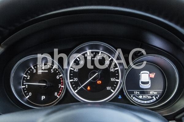 自動車の写真(MAZDA 新型CX-5)。高級感漂うスピードメーターが印象的な画像。の写真
