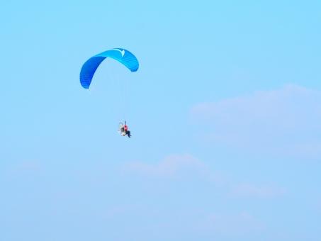 パラグライダー 飛行 スカイ 空 ブルー 雲 水色 青 人 人物 風