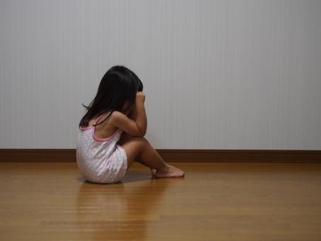 子供 女児 子ども 幼児 恐怖 泣く 泣き 落ち込む 日本人 下着 キャミソール うつむく Girl child kids Japanese Cry back 後ろ向き 悲しい 少女