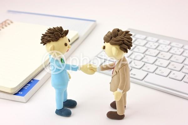 オフィスで握手するビジネスマン4の写真