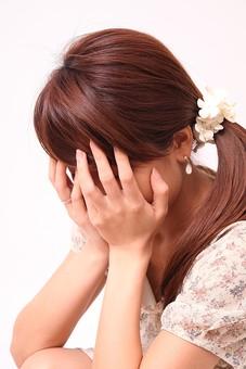 人 人間 人物 人物写真 ポートレート ポートレイト 女性 女 女の人 若い女性 女子 レディー 日本人 茶髪 ブラウンヘア セミロングヘア  白色 白背景 白バック ホワイトバック 手 指 ポーズ  手のポーズ  ポニーテール 顔を覆う 両手で覆う 恥ずかしい 恥じ入る 照れる 照れ隠し 顔を隠す mdfj012