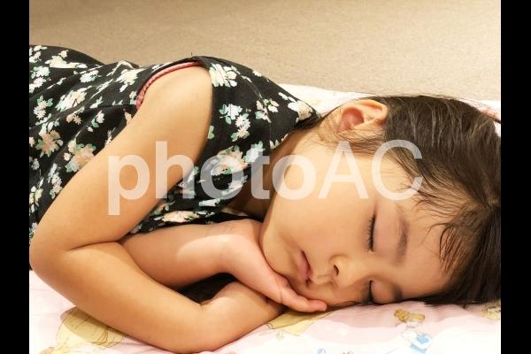 少女の寝顔の写真