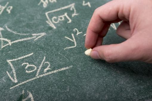 黒板 チョーク 授業 学習 勉強 学習風景 塾 学校 文字 算数 数学 教育 講座 講義 科目 レッスン 習い事 教諭 講師 先生 教授 大学 講習 講話 ゼミ 学問 ルート 手 板書  計算 計算式 数式