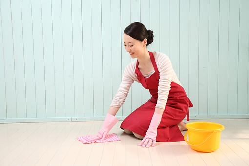 女性 若い女性 女 人物 部屋 一人暮らし リラックス 日本人 ライフスタイル 20代 休日 笑顔 スマイル 掃除 そうじ 手袋 ゴム手袋 バケツ エプロン 清掃 ダスター 雑巾 家事 ぞうきん しゃがむ 水拭き 拭く 拭き掃除 主婦 生活 暮らし mdjf001