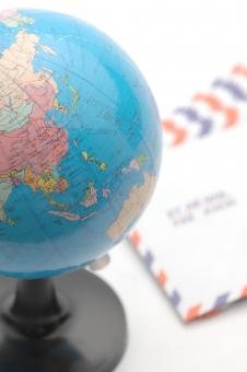 エアメール 郵便 国際郵便 地球 地球儀 ビジネス 手紙 ビジネスレター グローバル コミュニケーション 国際社会 世界 世界地図 地図 レター 海外 郵送 配送 配達 ライフスタイル