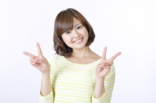 女性 女 人物 人 人間 日本人 笑顔 ピース ジェスチャー 仕草 指 サイン ピースサイン 二本 二本指 成功 嬉しい 喜ぶ 爽やか 正面 カメラ目線 スマイル 一人 白背景 白バック Vサイン チョキ かわいい ハンドサイン 両手 mdjf003