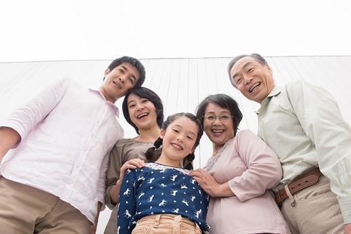 人物 日本人 家族 親子 ファミリー 5人 三世代 二世帯 両親 義両親 祖父母 子供 こども 娘 孫 女の子 小学生 立ち姿 集まる 並ぶ 仲良し  屋内 部屋 揃う 絆 朗らか 笑顔 スマイル ローアングル  mdjf017 mdjm016 mdfk014 mdjms004 mdfs003