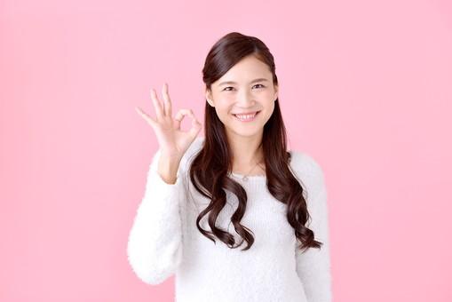 人物 女性 日本人 若者 若い 20代 美人 かわいい ロングヘア カジュアル ラフ 私服 セーター ニット 屋内 スタジオ撮影 背景 ピンク ピンクバック ポーズ おすすめ 上半身 サイン 合図 OK オーケー 大丈夫 許可 良い 笑顔 覗く mdjf007