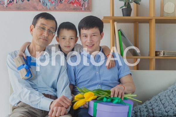 父の日の三世代のアジア人ファミリー4の写真