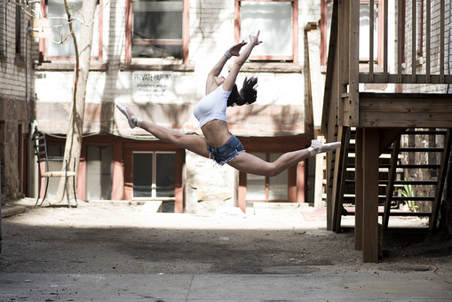 外国人 女性 おんな レディ 大人 ダンサー 黒髪 長髪 ロングヘア ストレートヘア 白シャツ ショートパンツ デニム トウシューズ ブレスレット アクセサリー 装飾品 バレエ ダンス ジャンプ ポーズ モーション 跳ねる 飛ぶ 浮かぶ 揺れる 開く 伸ばす 躍動 跳躍 開脚 均整 大胆 鍛練 筋肉 しなやか ボディ ライン 全身 横顔 側面 空中 瞬間 屋外 野外 中庭 パティオ 広場 路地 階段 椅子 窓 日中 日光 mdff024
