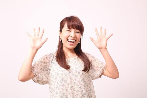 人 人間 人物 人物写真 ポートレート ポートレイト 女性 女 女の人 若い女性 女子 レディー 日本人 茶髪 ブラウンヘア セミロングヘア  白色 白背景 白バック ホワイトバック  手 指 ポーズ 驚く びっくり 歯  手のポーズ  肘を曲げる 手を広げる 手を開く 手のひら 掌 両手を上げる 笑顔 笑う 口を開く 喜ぶ mdfj012