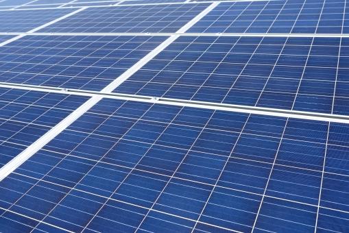 発電 ソーラーパネル 太陽電池 太陽光パネル 太陽発電 太陽光発電 エネルギー ソーラー発電 ソーラーパワー 屋根 建物 屋上 エコロジー ソーラー エコ 環境 テクノロジー 技術 電気 クリーン クリーンエネルギー 自然 自然エネルギー システム 産業 売電 設置 金属 反射 太陽光 光 青 青色 背景 バックグラウンド 模様 パターン 沢山 フレーム 枠 たくさん 並ぶ 屋外 野外 アップ 日本 無人 クローズアップ 一面 全面