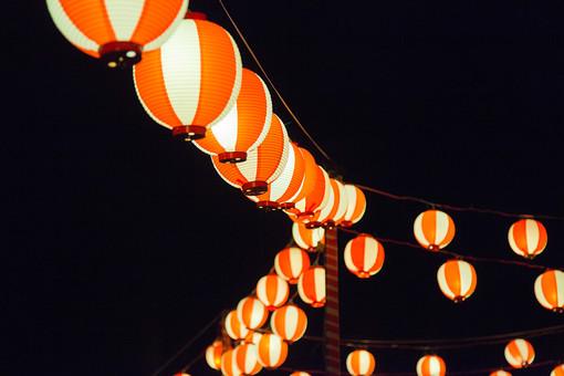 夏 夏祭り 祭り 盆踊り 夏の風物詩 季節 イベント 夜祭り 夜 夜景 風情 日本 伝統 伝統行事 屋外 外 和風 夏休み 祭 お祭り おまつり 提灯 ちょうちん 日本 和 年中行事 行事 黒バック 黒背景
