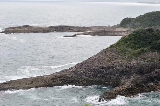 海 うみ 波 自然 砂浜 海岸 岸 風 強風 景色 風景 夏 夏休み 砂利 荒々しい 植物 草 岩 石 海面 海水 水 波しぶき 癒し 海水浴
