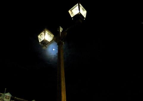 空 照明 明かり 街灯 光 夜 通り 月 灯 エネルギー 闇 街灯柱