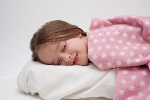 人物 こども 子供 女の子 少女 外国人 外人 キッズモデル あどけない かわいい 屋内 スタジオ撮影 白バック 白背景 眠り 睡眠 眠る 寝る 毛布 枕 昼寝 就寝 目を閉じる うたた寝 リラックス mdfk016