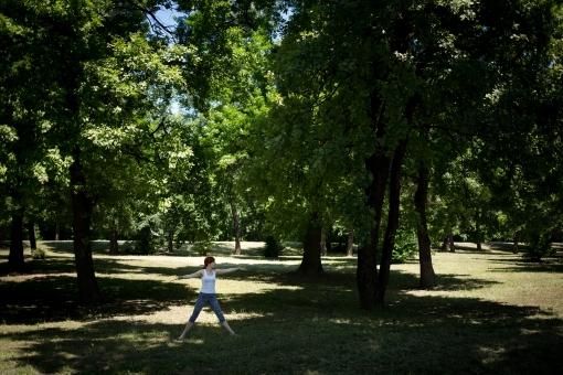 外国人 外人 女性 女 ヨガ ストレッチ エクササイズ フィットネス ストレッチ 健康 体操 温まる 痩せる 鍛える 精神 体 屋外 森 森林 木 樹木 草地 植物 緑 集中 姿勢 ゆったり 手を伸ばす 遠く 遠方 mdff020