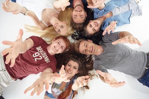 人物 外国人 モデル 男性 女性  男女 複数 グループ 仲間 友達  20代 若者たち 大学生 スタジオ撮影 白バック  白背景 ファッション カジュアル 6人 寝転ぶ 寝そべる 仰向け 俯瞰 真上 笑顔 頭をつける 集まる 仲良し  手を伸ばす 腕を伸ばす 手を差し出す 円 輪になる  mdff025 mdff026 mdff027 mdfm007 mdfm008 mdfm009