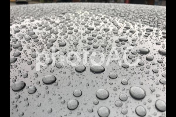 ワックスで弾かれた水滴の写真