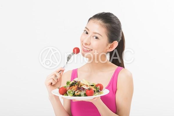 サラダを食べる女性8の写真