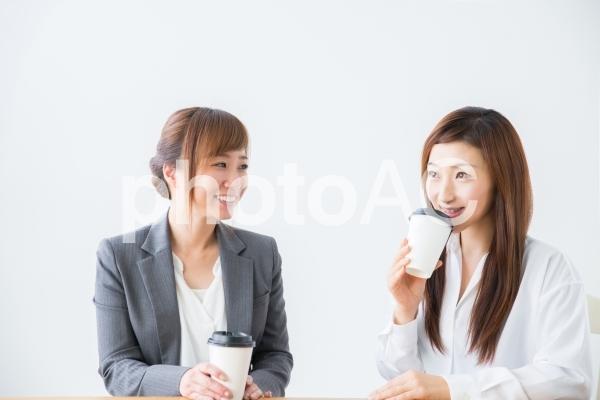 コーヒー休憩するOLの写真