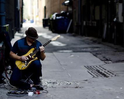 エレクトリックギター エレキギター ピック 手引き フットコントローラー エフェクター プラグ ミュージシャン ギターリスト ギタリスト 調整 練習 ステージ裏 コンサート ライブ 音楽 電子楽器 ミュージック 芸術 演奏 人物 裏通り 雨上がり アスファルト 外国 海外