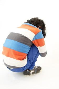 人物 生物 人間 生徒 学生 学童 子ども かわいい キッズ 幼い 外国 外国人 学校 勉強 学び 教育 教室 男の子 男子 ポーズ 示す 体育座り 座る 姿勢 しょんぼり がっかり 落ち込む ひざを抱える 孤独 切ない 哀愁 後姿