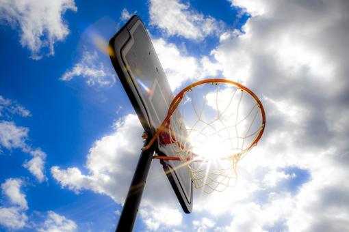 バスケ バスケットボール スポーツ 少年 クラブ活動 運動 青空 天気 ボール ゴール バスケットゴール 青春 健康 背景